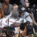 Lamar Odom abraza a Kobe Bryant en su  último partido en los Lakers