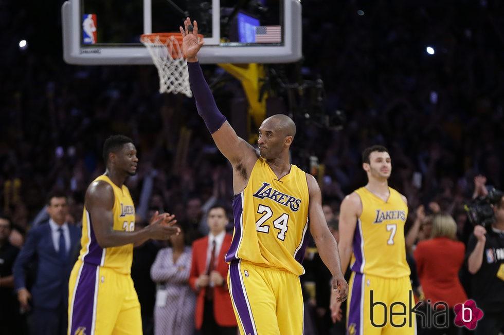 Kobe Bryant juega su último partido en los Lakers