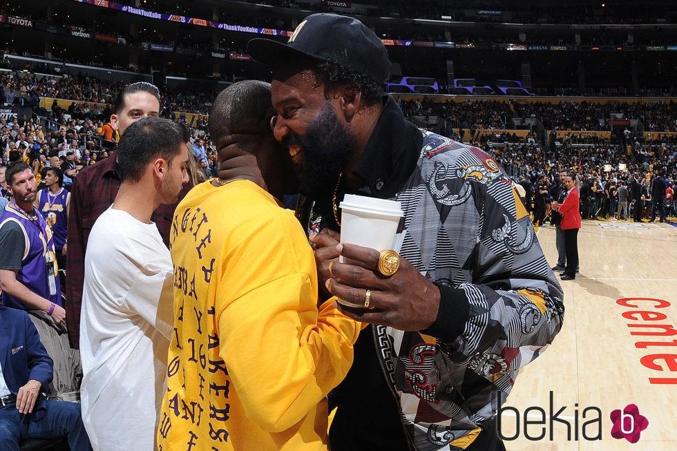 Kanye West abraza a Baron Davis en el último partido de Kobe Bryant en los Lakers
