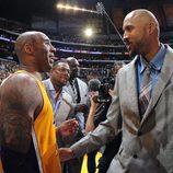 Bryan Cook abraza a Kobe Bryant en su último partido en los Lakers
