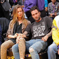 Adam Levine acude al último partido de Kobe Bryant en los Lakers