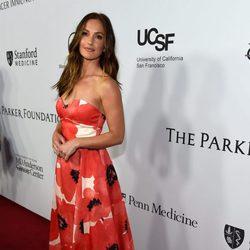 Minka Kelly en la gala benéfica de la Fundación Parker en Los Ángeles