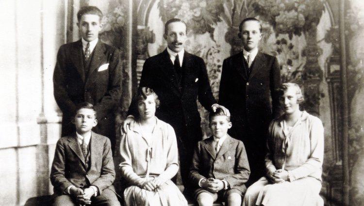El Rey Alfonso XIII  con sus 6 hijos