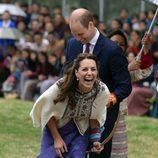 Kate Middleton ríe divertida tras practicar tiro con arco en Bhutan