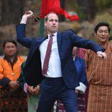 El Príncipe Guillermo tirando un dardo durante su visita oficial a Bhutan