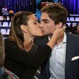 Laura Matamoros se besa con su novio Miguel Maristany