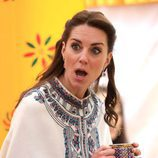 Kate Middleton pone una mueca tomando el té en Bhutan