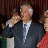 El Duque de Alba bebiendo manzanilla en la Feria de Abril 2016
