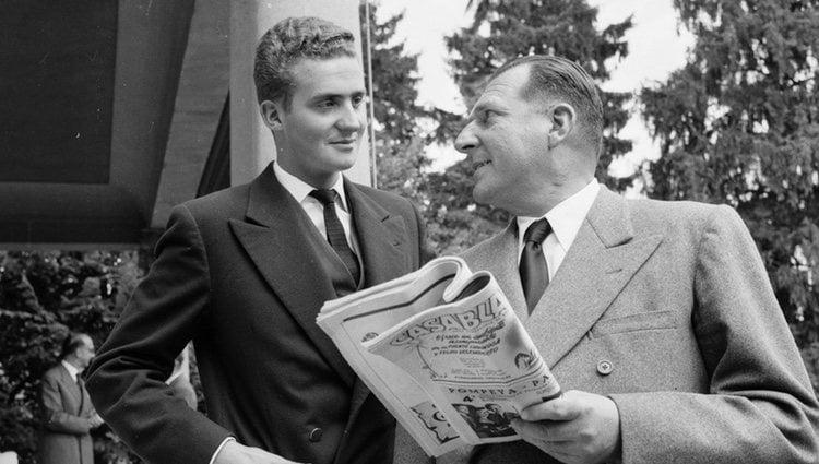 Un joven Rey Juan Carlos con el Conde de Barcelona