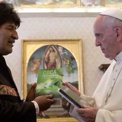 Evo Morales regala tres libros sobre coca al Papa Francisco
