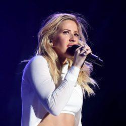 Ellie Goulding cantando en el festival de Coachella 2016