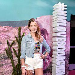Ashley Greene posando en el pop up de H&M en Coachella 2016