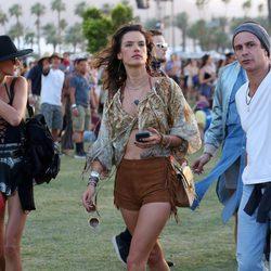 Alessandra Ambrosio paseando por el recinto del festival de Coachella 2016