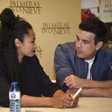 Berta Vázquez y Mario Casas mirándose enamorados durante la firma del DVD 'Palmeras en la Nieve'