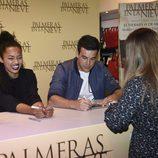 Berta Vázquez muy sonriente junto a Mario Casas  en la firma del DVD 'Palmeras en la Nieve'