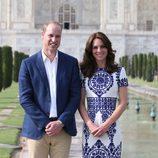 Los Duques de Cambridge posando delante del Taj Mahal durante su visita a India