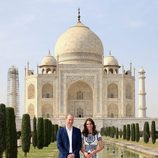 Los Duques de Cambridge delante del Taj Mahal durante su visita a India