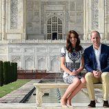 Los Duques de Cambridge sentados en un banco delante del Taj Mahal durante su visita a India