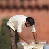 Operario limpiando el banco del Taj Mahal para que se sentaran los Duques de Cambridge