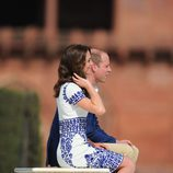 Kate Middleton y Guillermo de Inglaterra sentados en el banco del Taj Mahal durante su visita a India
