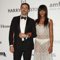 Naomi Campbell y Riccardo Tisci en la Gala amfAR 2016 de Sao Paulo