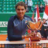 Rafa Nadal con el trofeo del Masters 1000 Montecarlo 2016