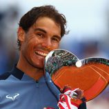 Rafa Nadal besando el trofeo del Masters 1000 Montecarlo 2016