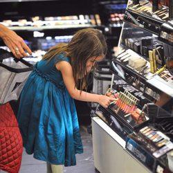Suri Cruise en una tienda de maquillaje de Manhattan