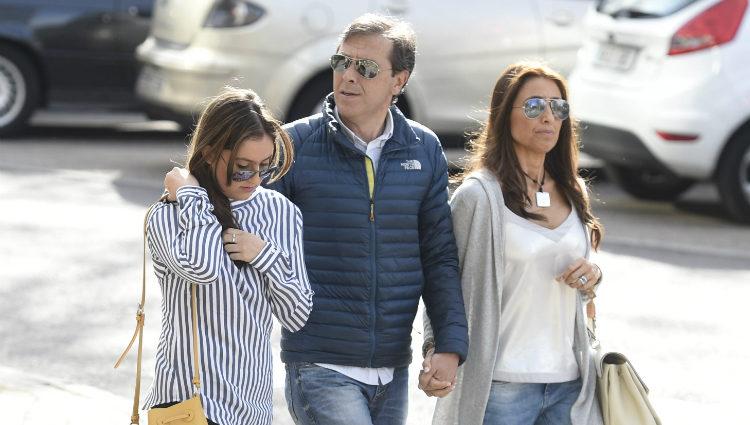 Paco González con su mujer y su hijo en el juicio contra Lorena Gallego