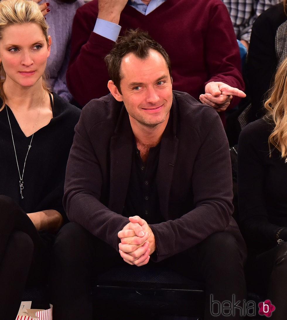 Jude Law asiste a un partido de baloncesto en Nueva York