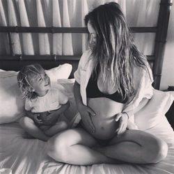 Olivia Wilde posando con Otis y embarazada de su segundo hijo