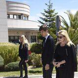 Patricia Rato y su hijo Juan en el funeral de su madre Felicidad Salazar Simpson