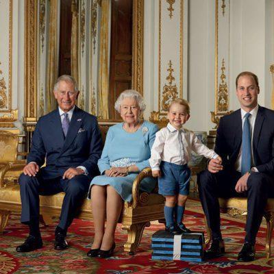 El Príncipe Carlos, la Reina Isabel, el Príncipe Jorge y el Príncipe Guillermo posan por el 90 cumpleaños de la Reina