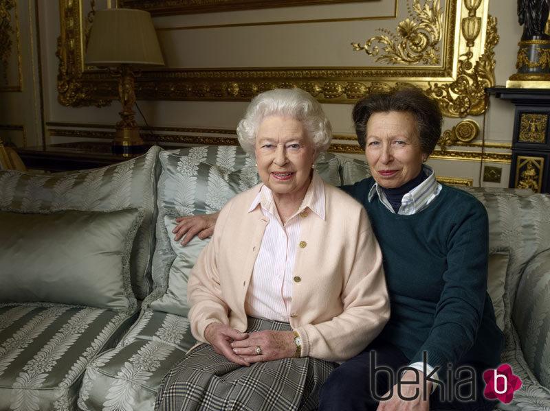 La Reina Isabel con su hija la Princesa Ana en una sesión por su 90 cumpleaños