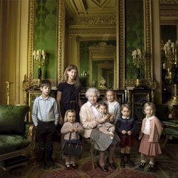 La Reina Isabel con sus nietos James y Louise y sus cinco bisnietos en su 90 cumpleaños