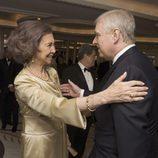 La Reina Sofía saluda al Duque de York en la gala por el centenario de la British-Spanish Society
