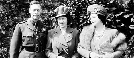 La Reina Isabel en su 18 cumpleaños con sus padres