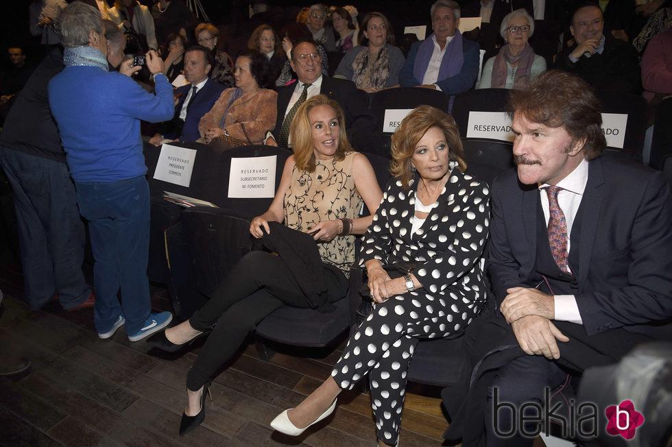María Teresa Campos, Rocío Carrasco y Bigote Arrocet en la presentación del sello de Rocío Jurado