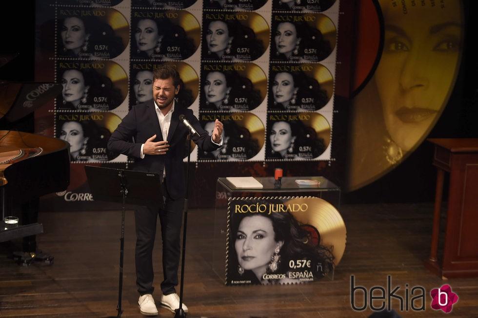 Miguel Poveda en la presentación del sello de Rocío Jurado