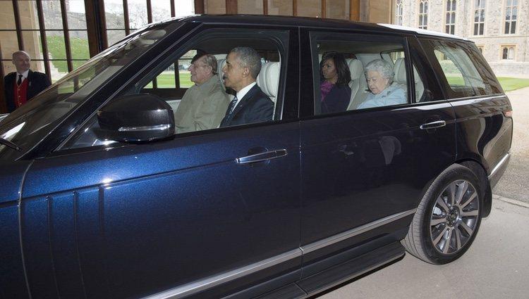 El Duque de Edimburgo lleva en coche a la Reina Isabel y a los Obama en el Castillo de Windsor