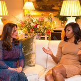 Kate Middleton y Michelle Obama charlando en Kensington Palace