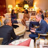 Los Obama charlando con los Duques de Cambridge y el Príncipe Harry en Kensington Palace
