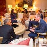 Los Obama charlando con los Duques de Cambridge y el Príncipe Harry en Kensington Palace