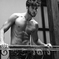 José Lamuño con el torso desnudo apoyado en una barandilla