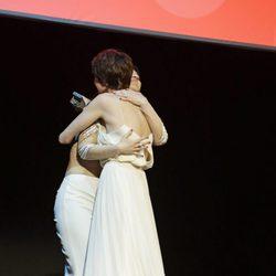 Paz Vega abraza a su hermana Sara Vega en la entrega del Premio Málaga Sur en el Festival de Málaga 2016
