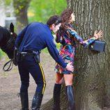 Irina Shayk, cacheada por un 'policía' durante una sesión de fotos para Vogue en Nueva York