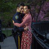 Irina Shayk junto a un policía durante una sesión de fotos para Vogue en Nueva York