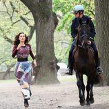 Irina Shayk huye de la policía durante una sesión de fotos para Vogue en Nueva York