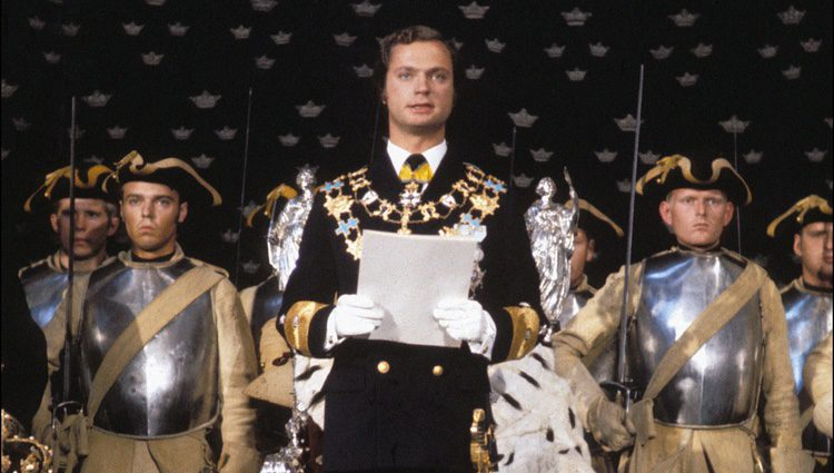 Carlos Gustavo de Suecia en su coronación como Rey en 1973
