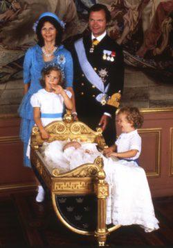 Los Reyes de Suecia con sus hijos Victoria, Carlos Felipe y Magdalena cuando eran pequeños